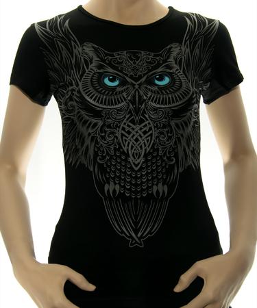На фото изображено Женская футболка Сова черная