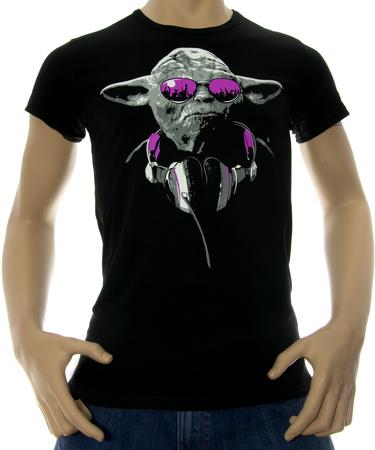 На фото изображено Мужская футболка Yoda черная