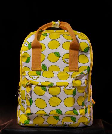 На фото изображено «Рюкзак с лимонным паттерном»