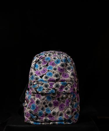 На фото изображено Рюкзак с цветами в стиле графики