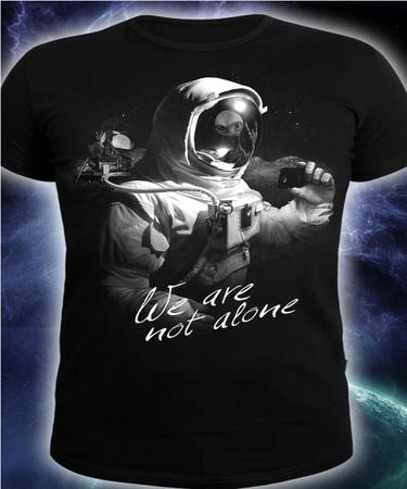 На фото изображено Мужская футболка WE ARE NOT ALONE черная